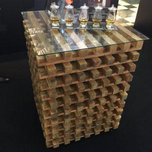 櫓に組まれるサトウカエデの木。酸素を効率的に取り込むことで高温で勢い良く燃え、あとに炭が残る。