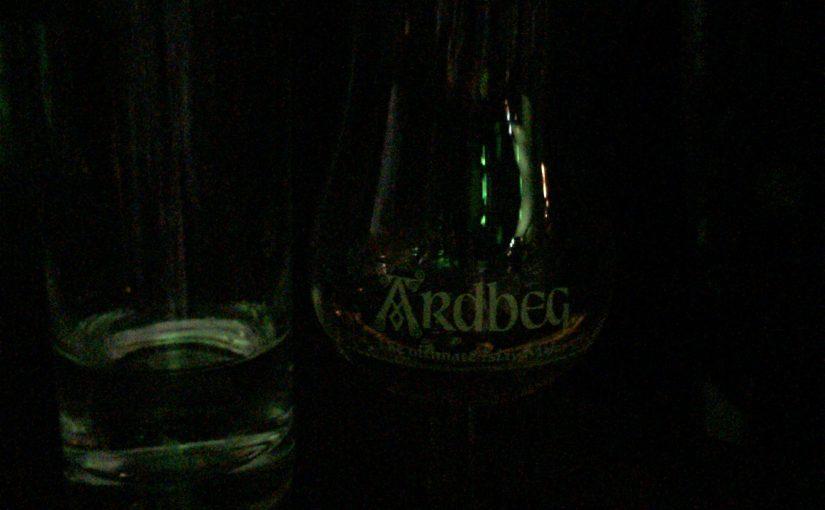 非常に暗くて見づらいですが、アードベッグ・ウーガダールが入ったグラス。