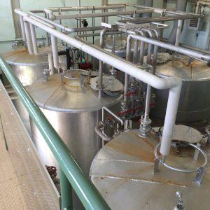 6基並ぶステンレス製の発酵槽。