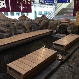 「上諏訪」駅のホーム内には無料で使える足湯があります。これには驚きました。