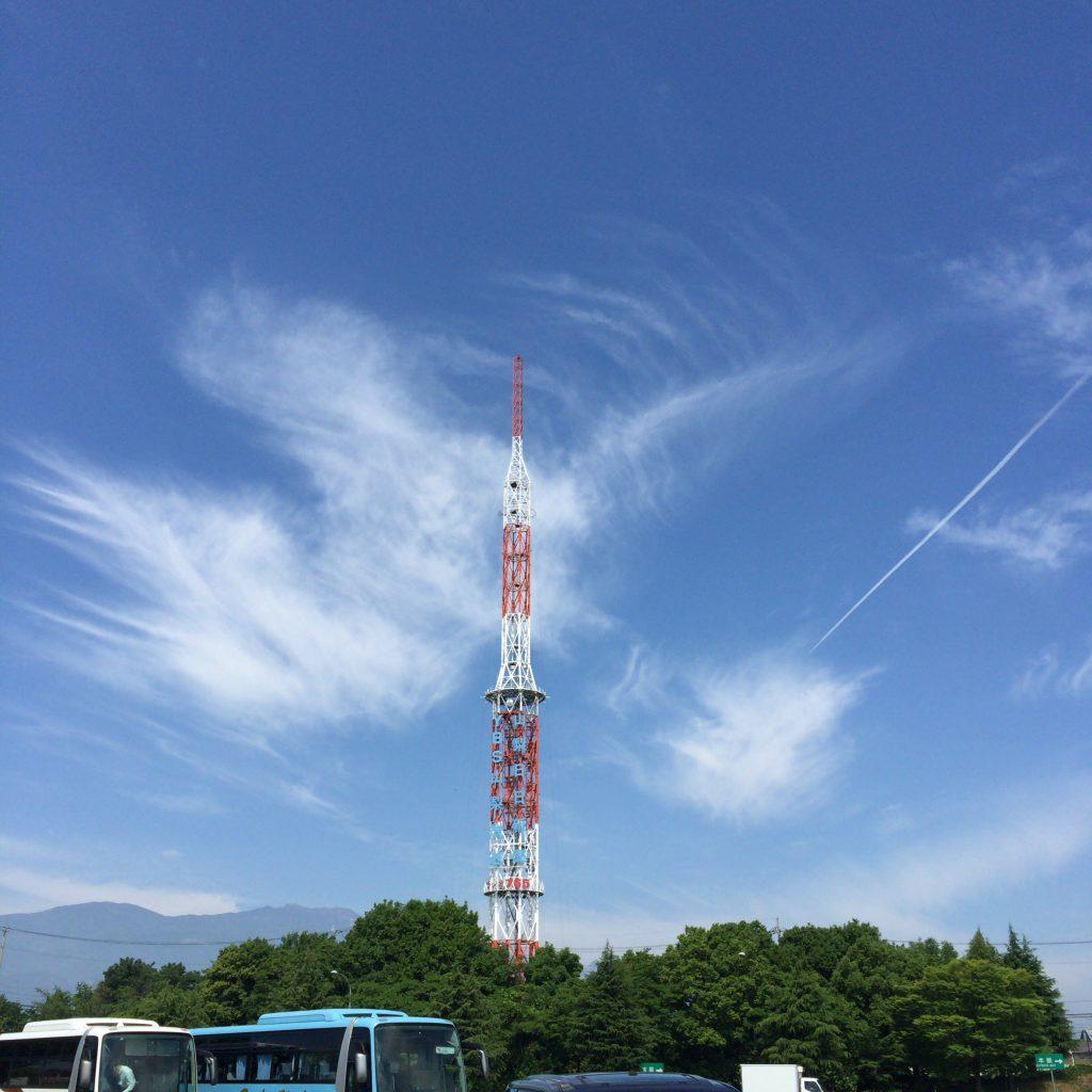 高速バスの旅路の途中にあるサービスエリア。標高が高く空気が綺麗なので、遠方の建物や雲も濁り無くすっきりと見えます。