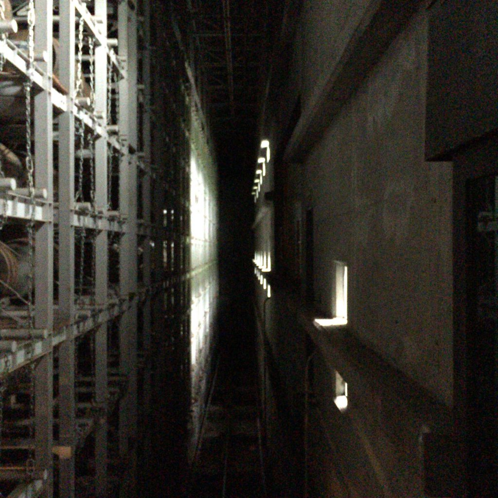 どこまでも続くような貯蔵庫。エンジェルシェアで満たされた空間にぎっしりと樽が詰まっている。