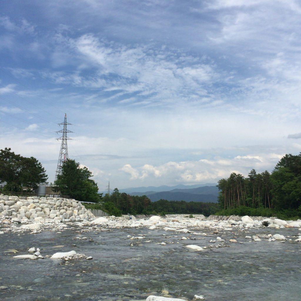 信州マルス蒸留所の隣を流れる大田切川。上流特有のごつごつした石と清澄な流れ。