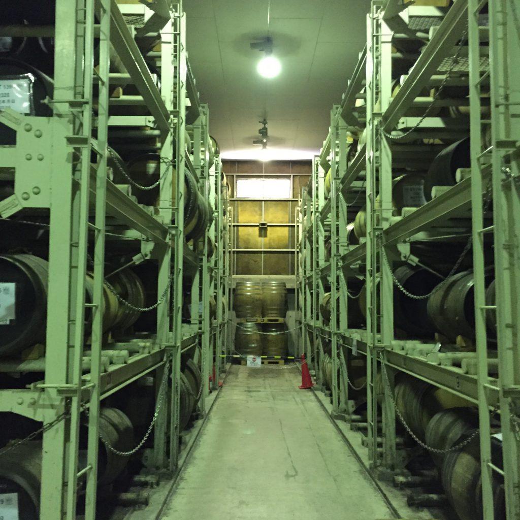 マルスウイスキーの貯蔵庫。ぶどう酒系の樽が多いのか、ラムレーズン様の香りが強い。