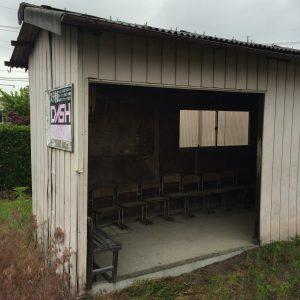 なかなか年季の入った「松原上」バス停。とはいえ雨をしのぐには十分すぎる設備。