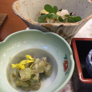 宮城峡に隣接する作並温泉の「かたくりの宿」で出される夕食。典型的な旅館飯が酒飲みには嬉しい。