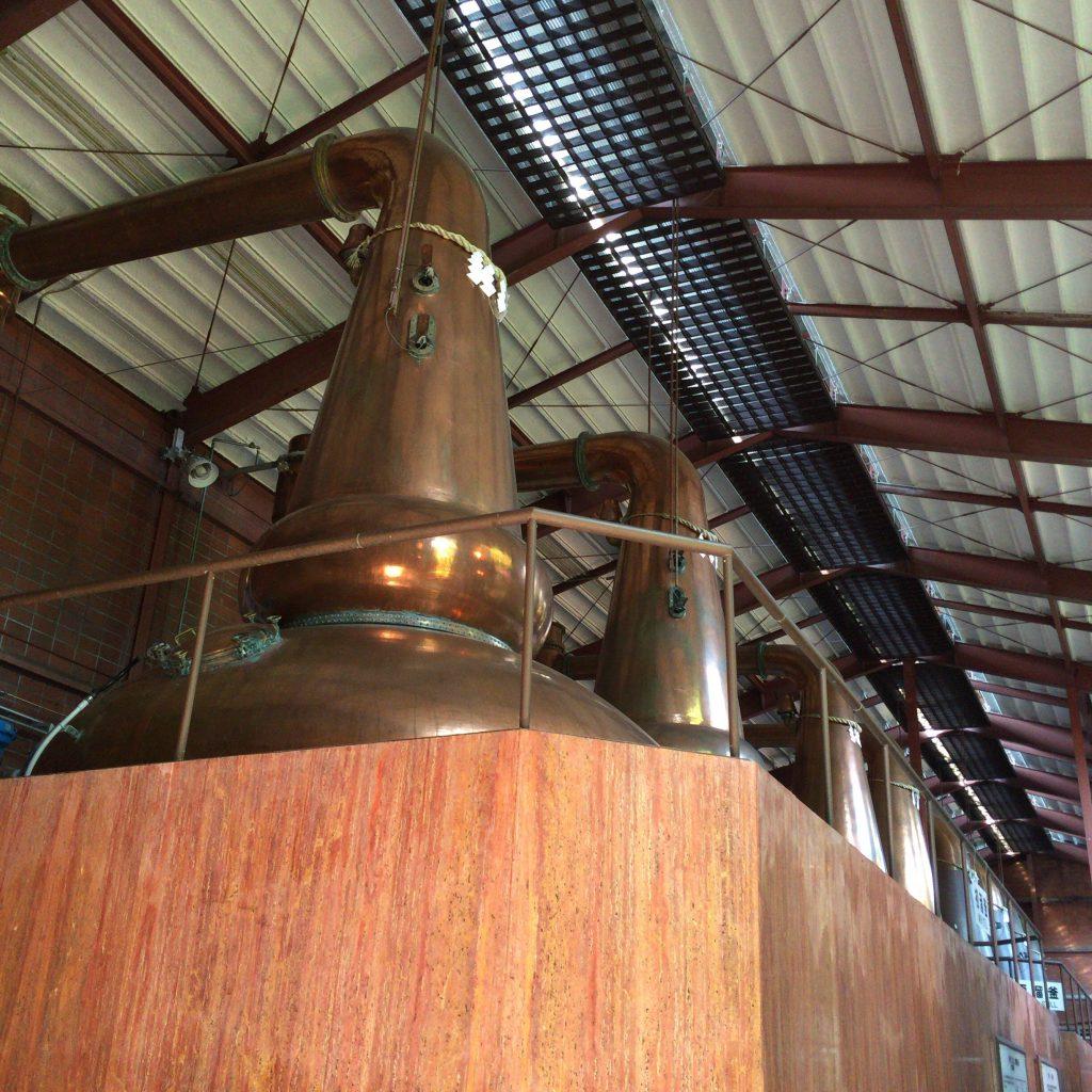 バルジ型(ボール型)で下向きラインアームの宮城峡ポットスチル。繊細で優雅なモルト原酒が作られる。