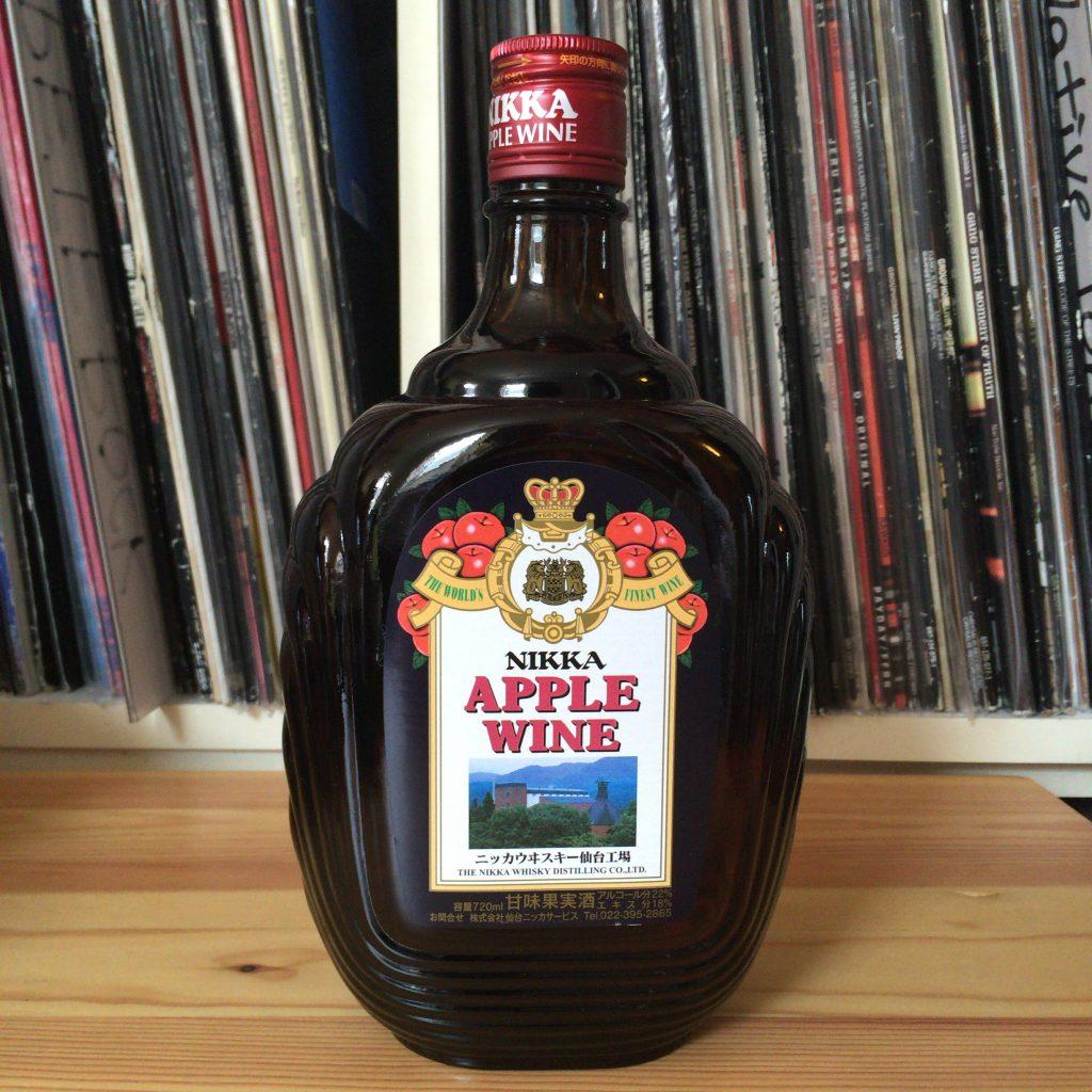 アップルワインの外観。販売開始当時とほぼ変わらないボトルデザイン。