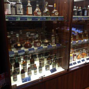 宮城峡蒸留所にある、ニッカのボトルのディスプレイ。よく見ると、ウイスキー以外にブランデーやアップルワインといった商品があることがわかります。