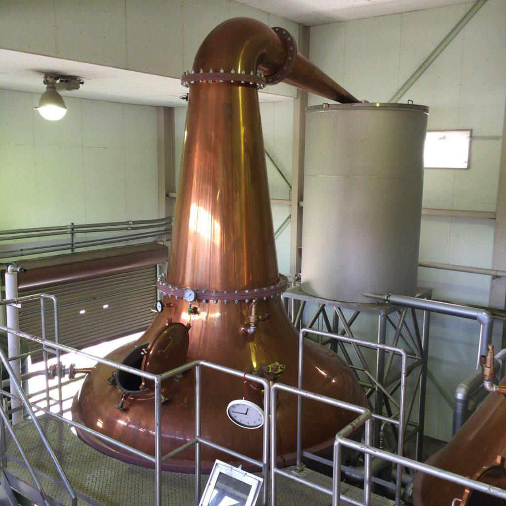 ストレートヘッド型、下向きラインアームのポットスチル。ヘヴィな原酒が作られる。