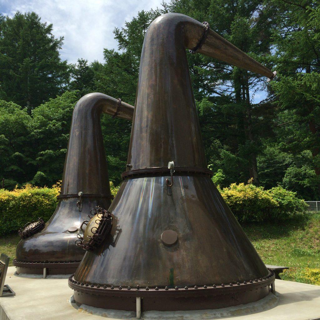 岩井喜一郎設計のポットスチル第一号と第二号。ストレートヘッド型、下向きラインアームでヘヴィな原酒を作った。