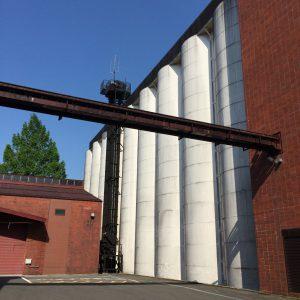 18連のサイロ。乾燥済の麦芽が保管されている。手前に横切るのは麦芽運搬パイプ。