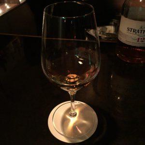 ストレートで味わうに最高の形のグラス。チェイサーを常温で出してくれるマスターの心遣いも最高。