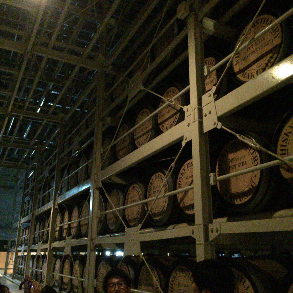 白州蒸留所の貯蔵庫。見える範囲はごく一部。圧倒的な貯蔵量がある様子。