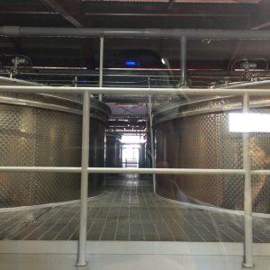 発酵槽(ウォッシュバック)が数多く並ぶ。奥に見えるのは温度調整用の蛇管(ジャケット)。