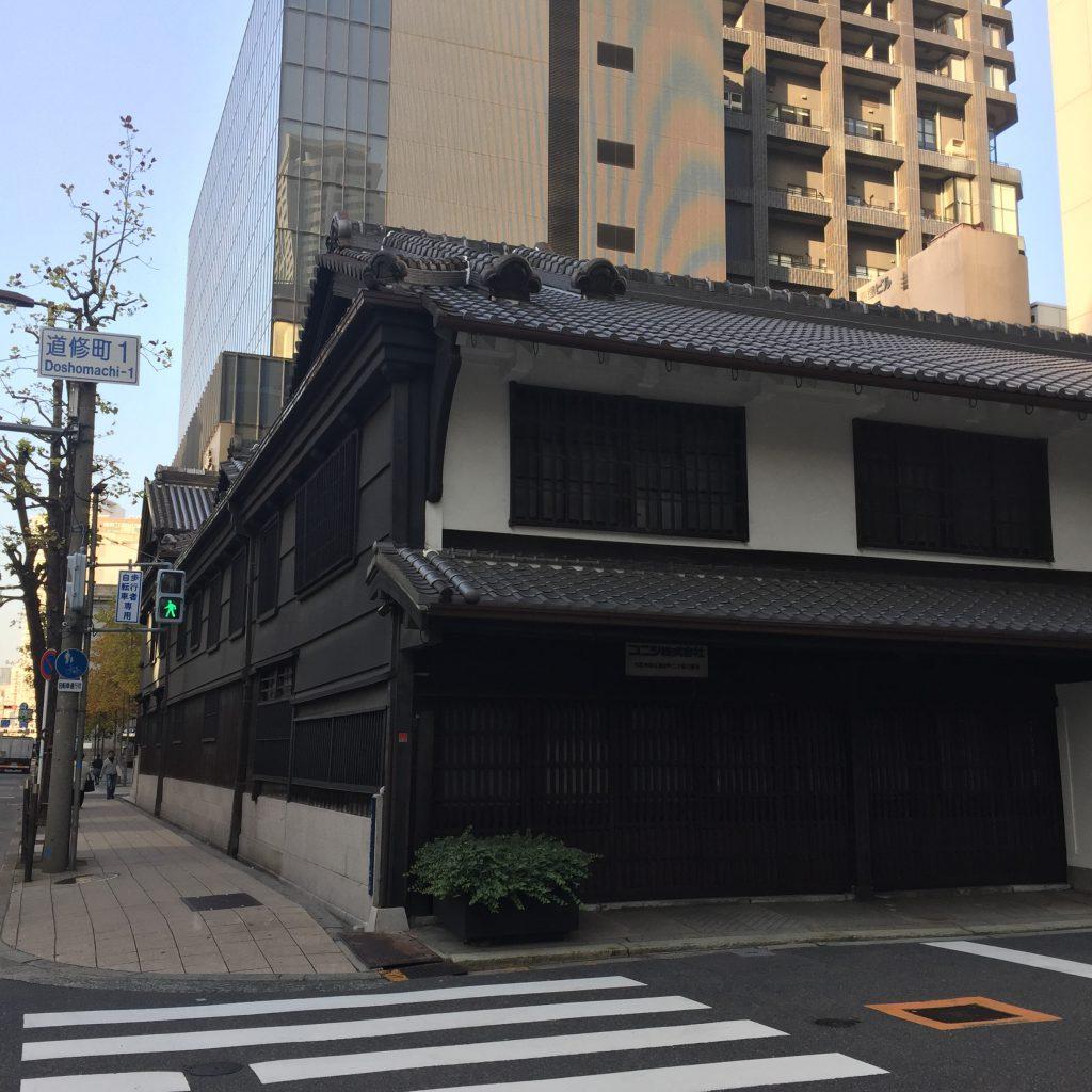 大阪道修町にある小西儀助商店の社屋。鳥井信治郎もこの近辺で丁稚として仕事に駆け回っていたことだろう。