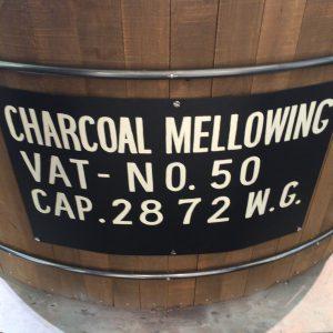 炭濾過用の木桶のレプリカ。