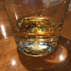 富士山麓ロックグラスの下部にある富士山の切り込み。ウイスキーを注ぐと琥珀色の富士山が浮かび上がる。