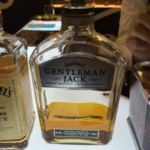 ジェントルマン・ジャックの表面。通常のボトルに比べて丸みが強調されている。