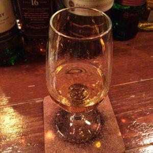 ジェムソン・シグネチャーリザーブが入ったテイスティンググラス。色味も美しい。
