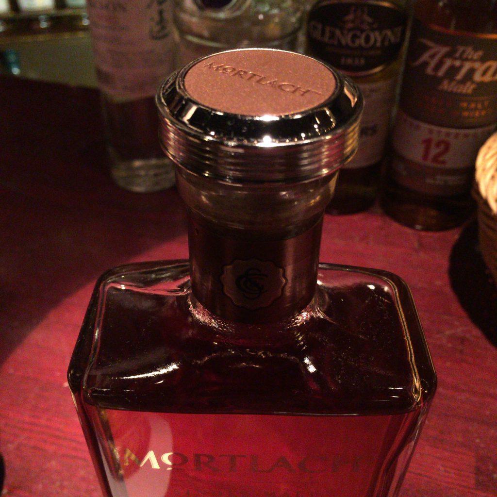 モートラック・レアオールドのボトルキャップ。細部まで妥協しない姿勢が見える、非常に高級感のある仕上がり。