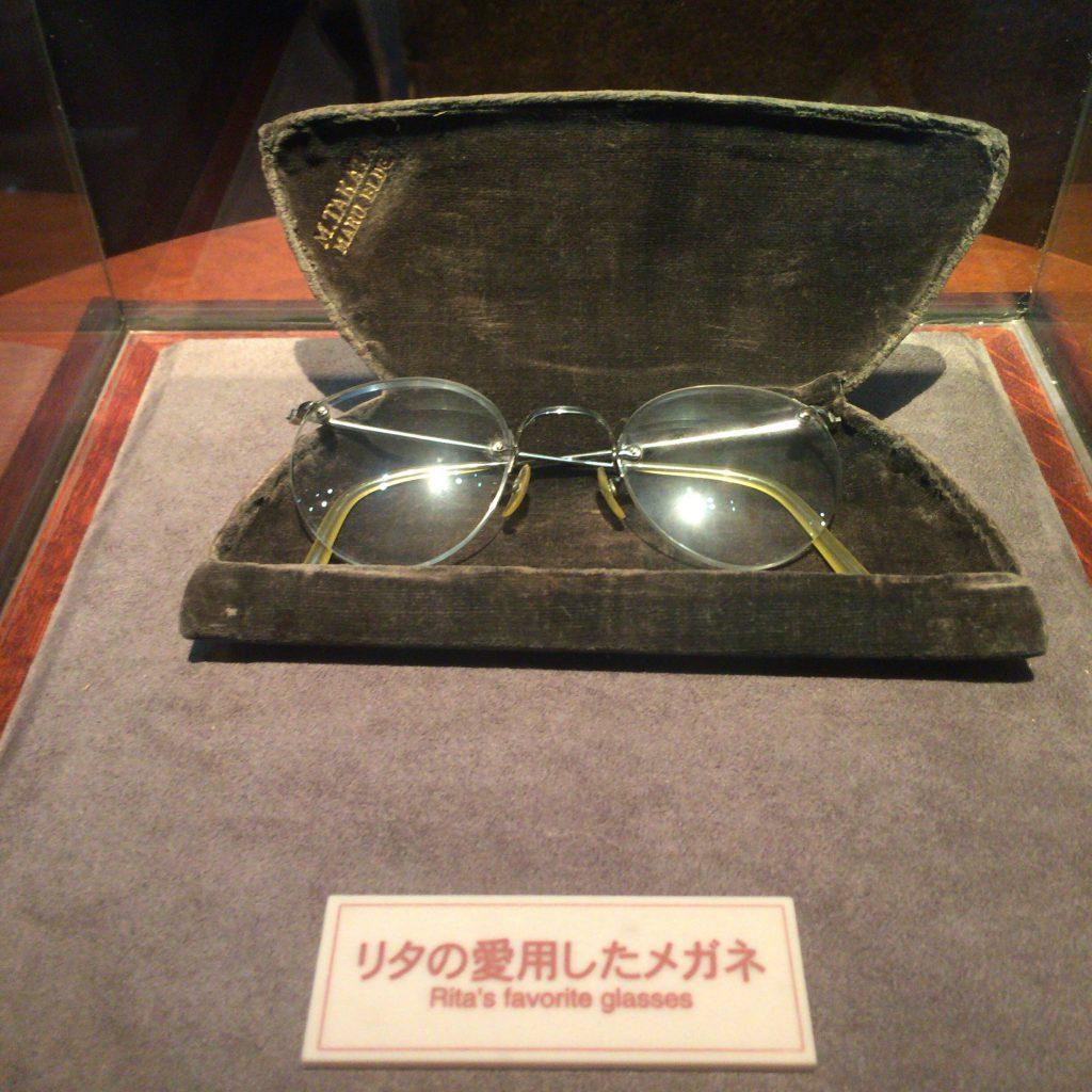 写真でよく見るリタのメガネも展示。大事に使っていたことがメガネケースからもわかります。