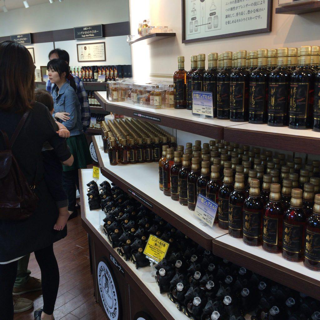 売店にもウイスキーが並ぶが、取扱銘柄が日によって変動するので注意。