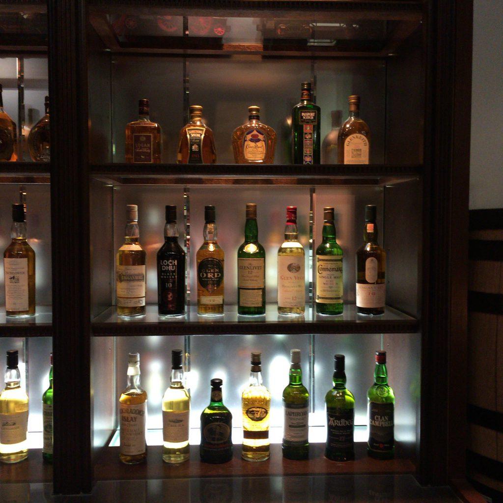 バックバーにも多数のボトルが並ぶ。サントリーが輸入しているものもある。