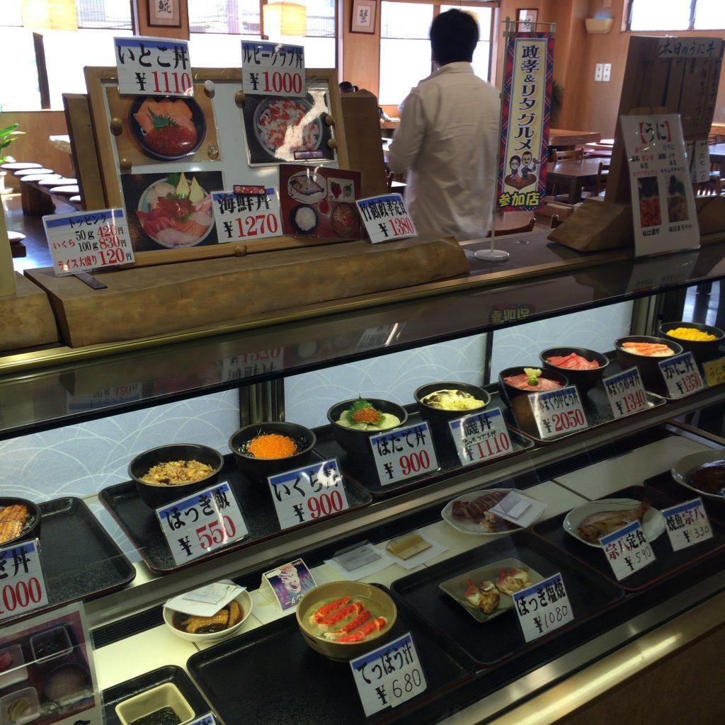 柿崎商店の定食メニュー。海鮮系の豪華なメニューがたっぷり並ぶ。