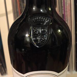 ヨーロピアンな紋章がボトルに刻印されています。