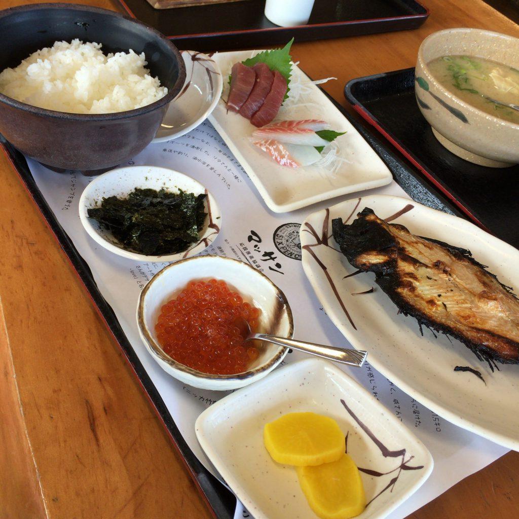 竹鶴政孝定食。皿の数が多すぎて画面に入り切らない。