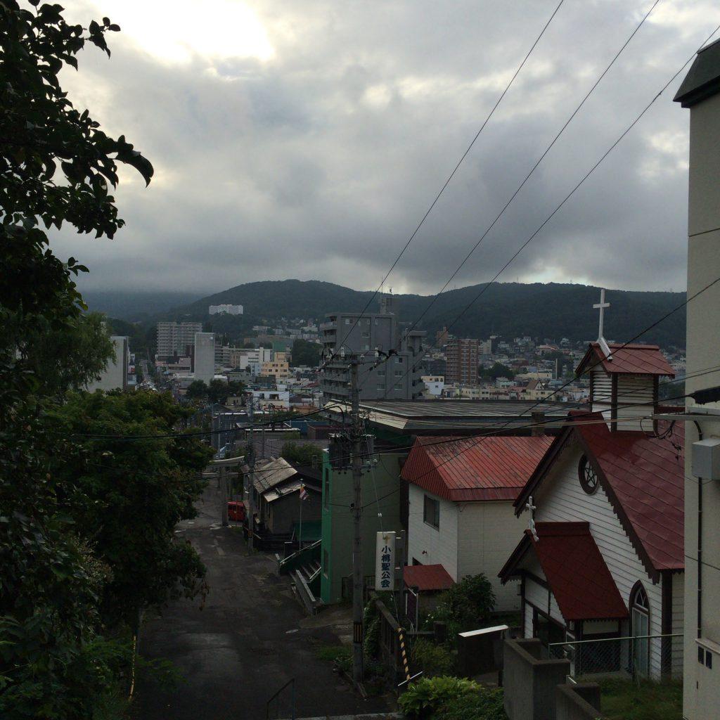 小樽聖公会の丘から望む小樽市街。リタが通っていたころは、もっと長めが良かったでしょう。