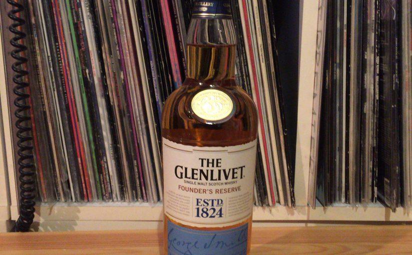 ザ・グレンリベット・ファンダーズ・リザーヴのボトル。水色が眩しい。