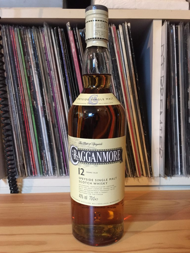 クラガンモア12年のボトル。クラシックで安心感のあるデザイン。