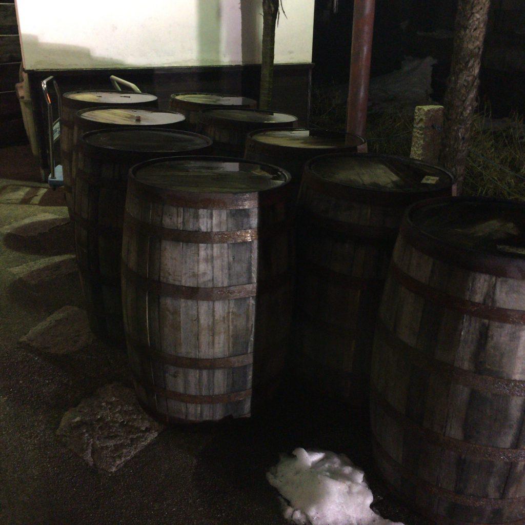 長濱蒸溜所前に置かれた樽。蒸溜所の存在を忍ばせる。