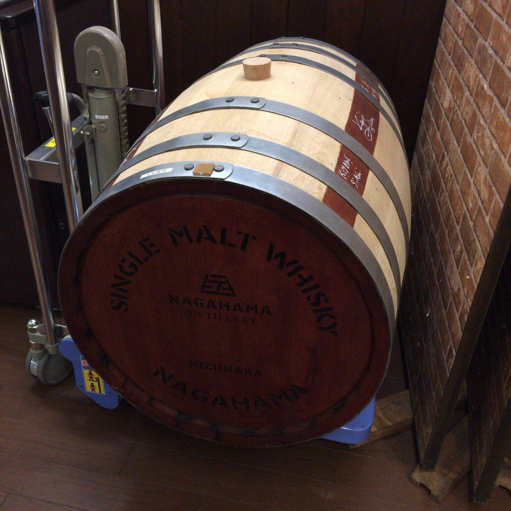 なかなか手に入れられない貴重なミズナラ樽。とびきりにユニークな原酒が生まれそう。