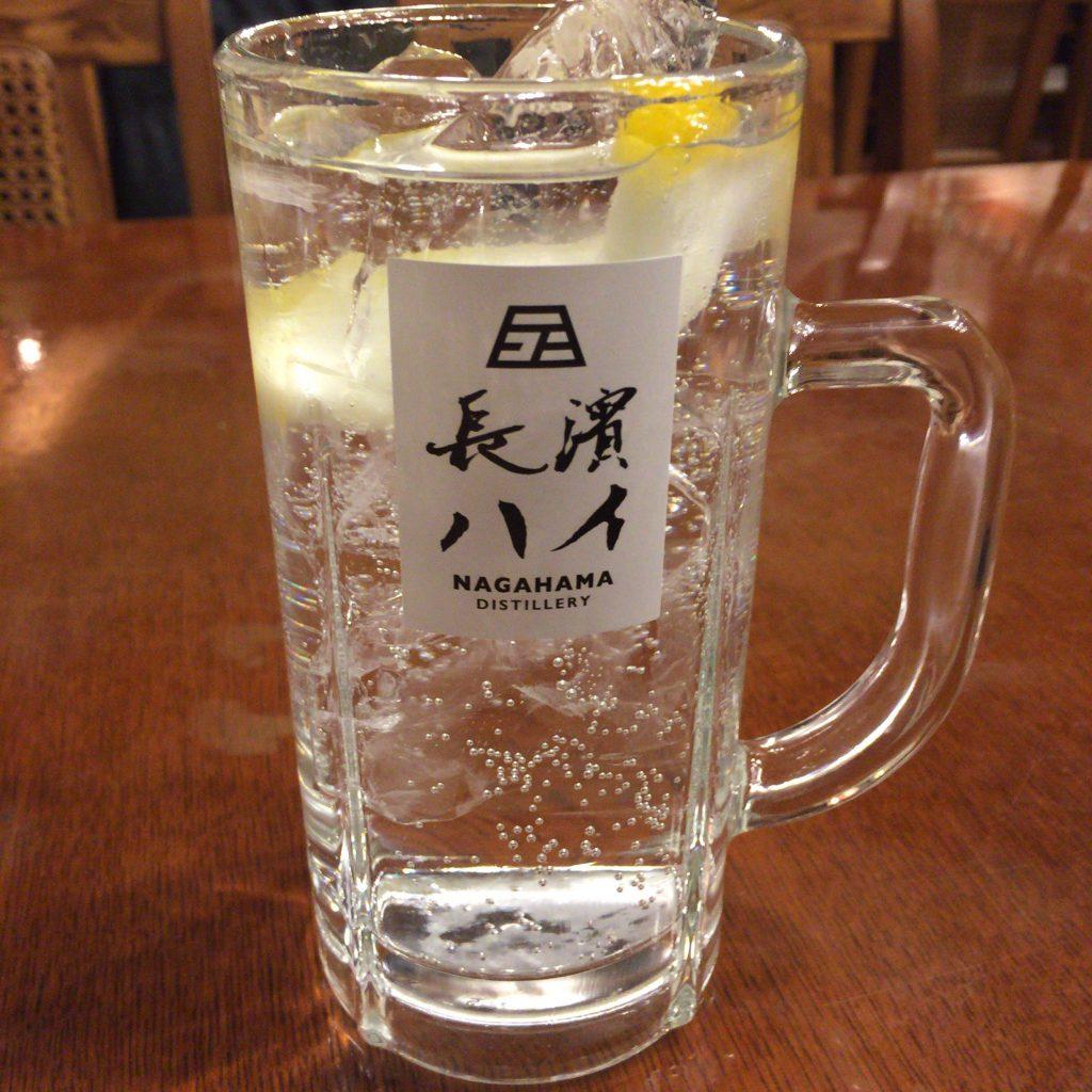 長濱蒸溜所のニューメイクを使ったハイボール、長濱ハイ。純粋な嗜好品としてはクセが強すぎますが、ウイスキーファンにとってはそれを上回る面白さがある一杯です。