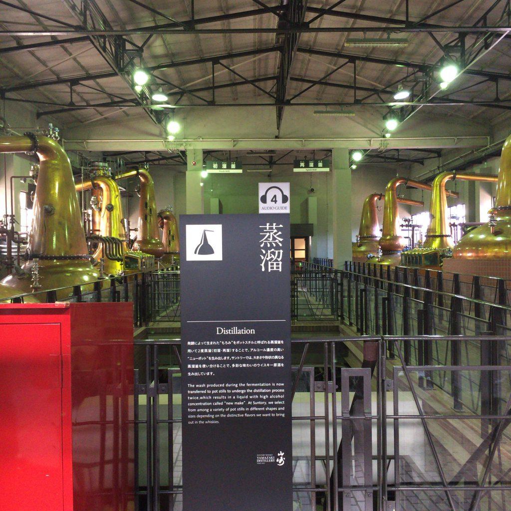 山崎蒸溜所のポットスチル群。ストレートタイプにバルジタイプなど、様々な形のポットスチルが並ぶ。