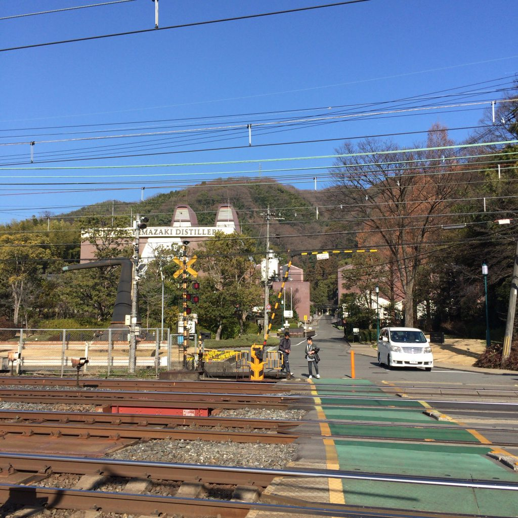 山崎蒸溜所の目前の線路。この上をポットスチルが運ばれた。