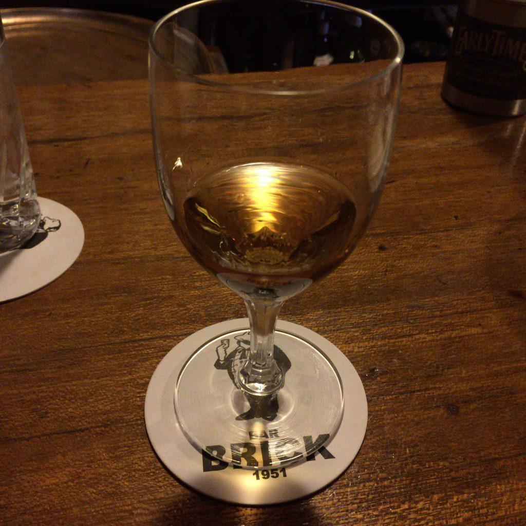 中野のサントリーバー「BRICK」でいただくローヤル。ショットグラスではなくワイングラスで出してもらいました。