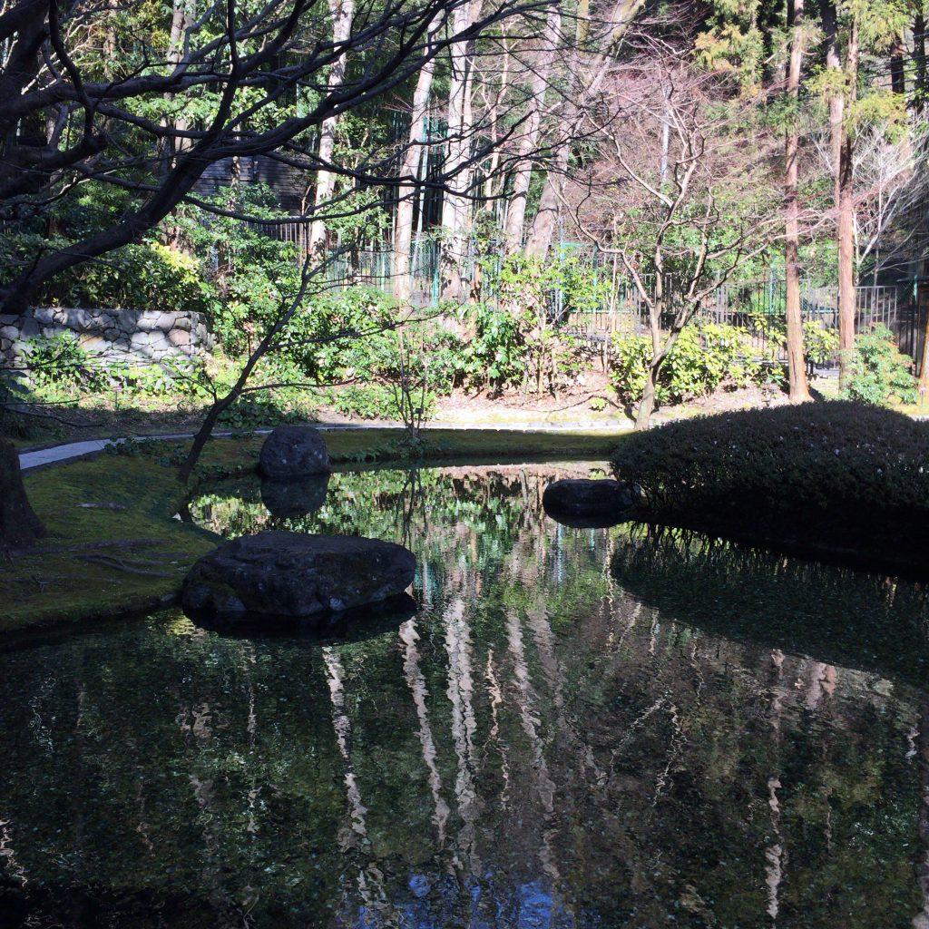 山崎蒸溜所の敷地内にある湧水公園。さすが宣伝に巧みなサントリー、抜かりありません。