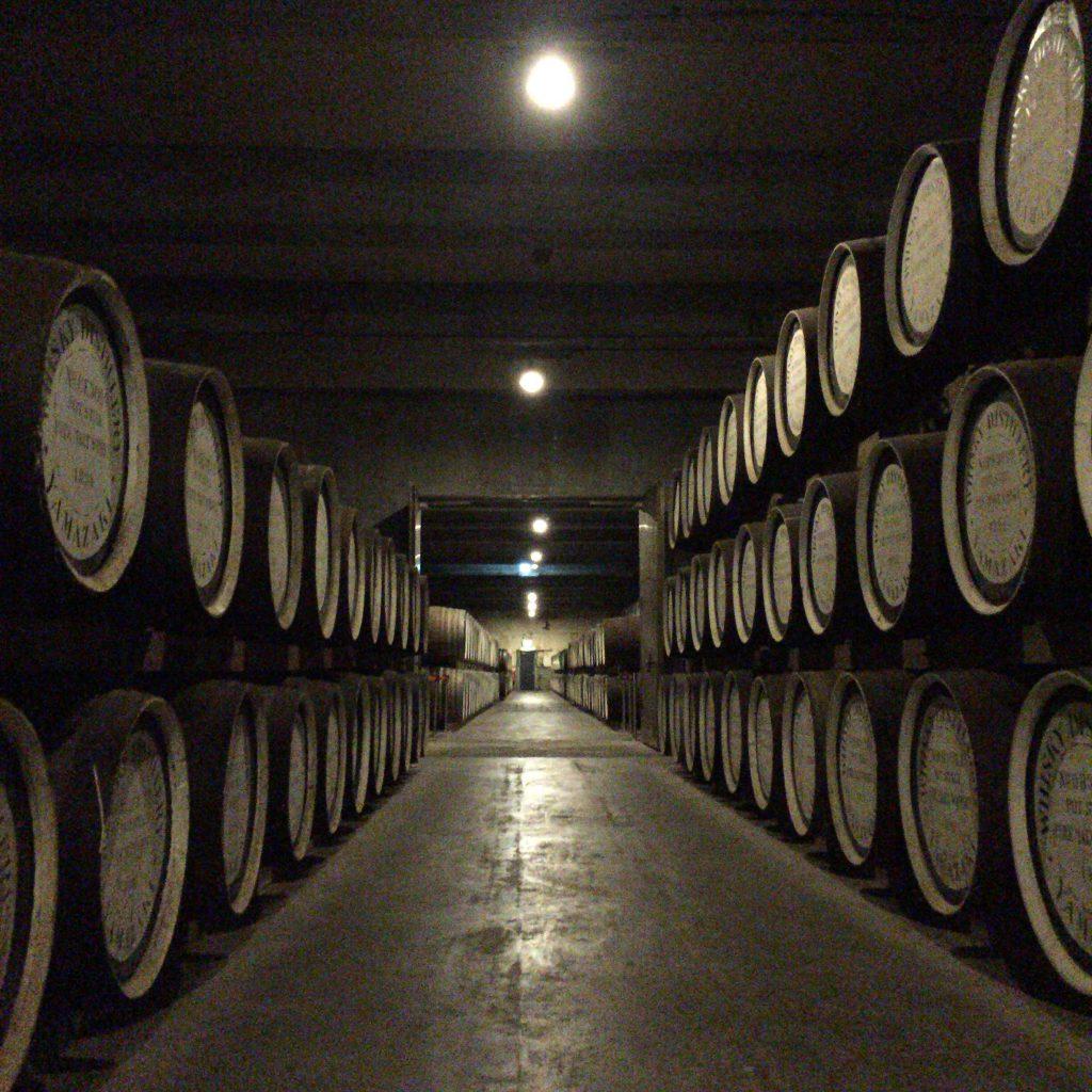 山崎蒸溜所の熟成庫。樽を 3段に重ねる、ダンネージ式と呼ばれる昔ながらのタイプ。