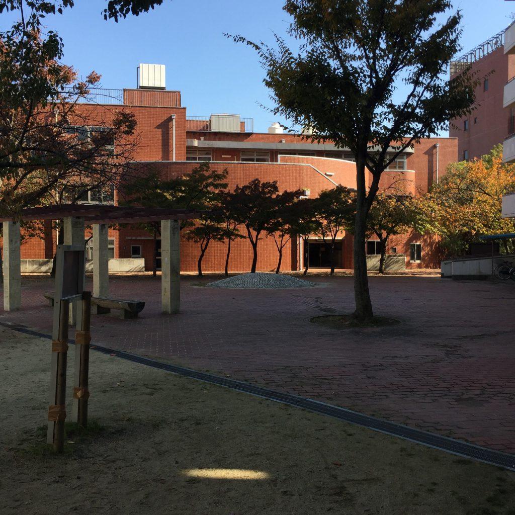 摂津酒造の跡地は、大阪府の神ノ木駅の団地になってしまった。公演の一角にうず高く盛り上がるのは取水口の跡。