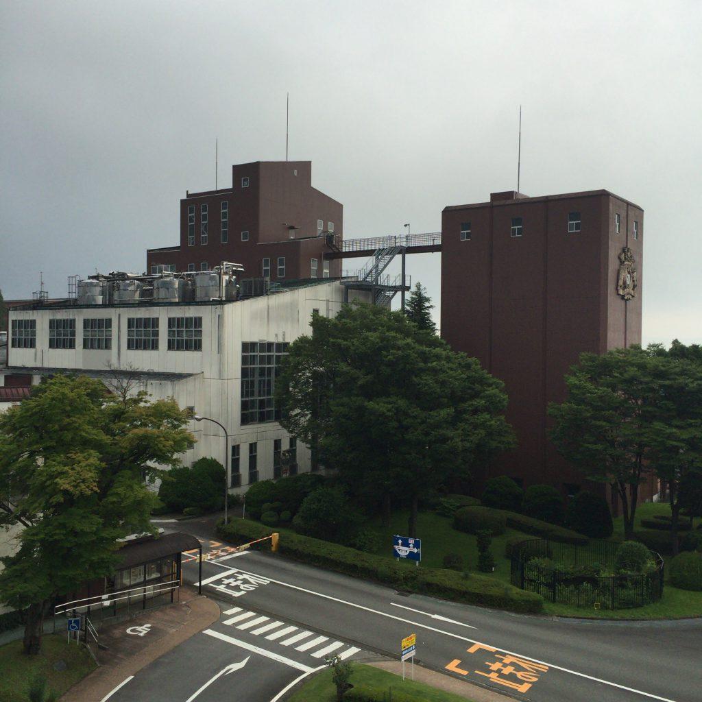 展望台から見た富士御殿場蒸留所の景色。右はサイロで左が蒸留塔。サイロの会社のロゴが誇らしい。