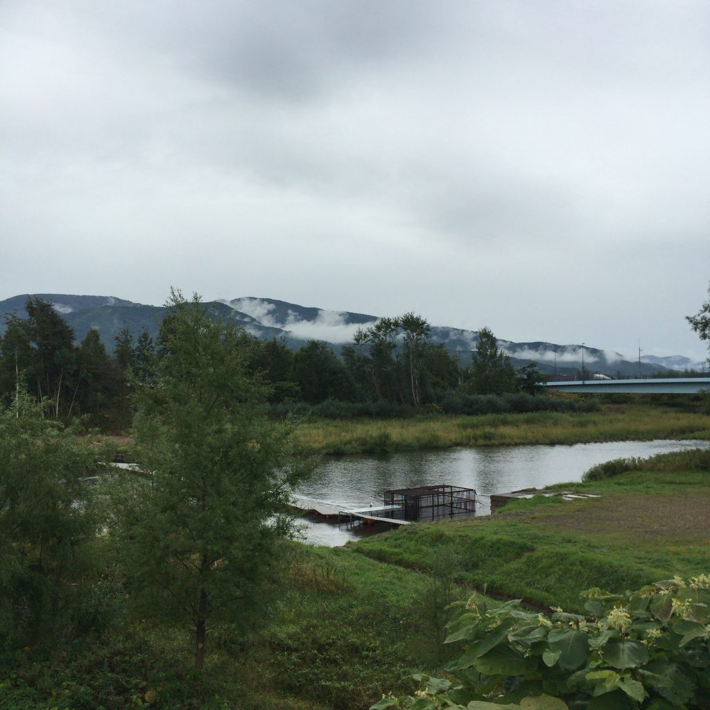 あゆ見荘のそばの余市川。昔はこのあたりに竹鶴政孝が樽職人に作らせた東屋があり、その場で鮎を釣って塩焼きし、客に食べさせたらしい。