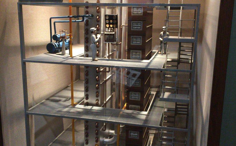余市蒸留所内のウイスキー博物館にある、カフェ式連続式蒸留機の模型。中心上部にフーゼルオイルセパレーターがある。