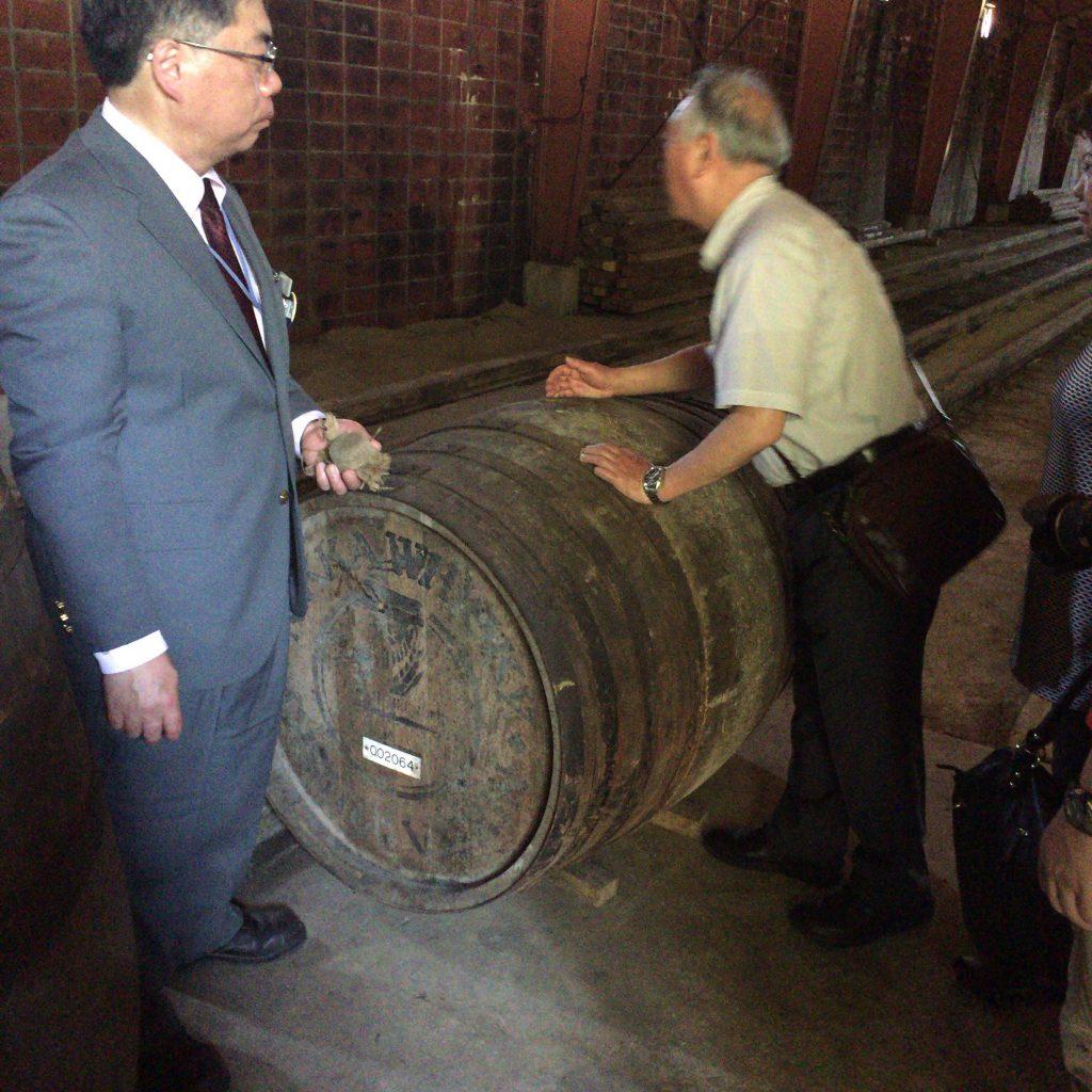 48年ものの樽のダボ穴を開けて香りを嗅ぐ。こんなことはなかなかできません。