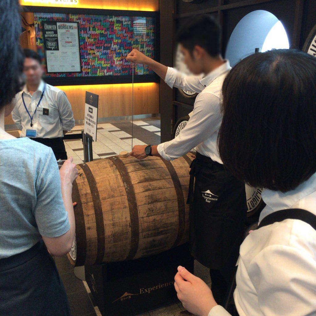 樽出しから直接サーブされる樽出し原酒。非常に贅沢。