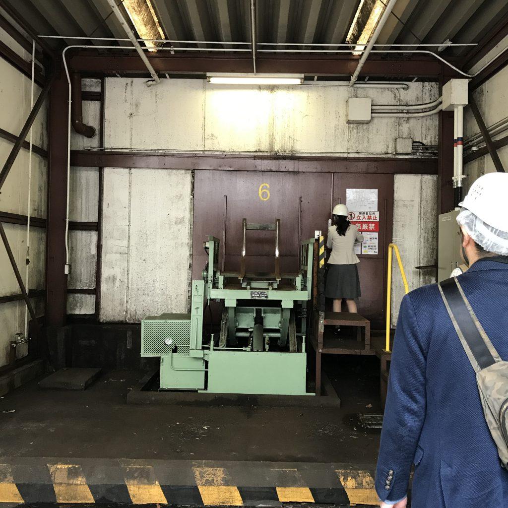 熟成庫の入り口。工場らしい無機質さがたまりません。