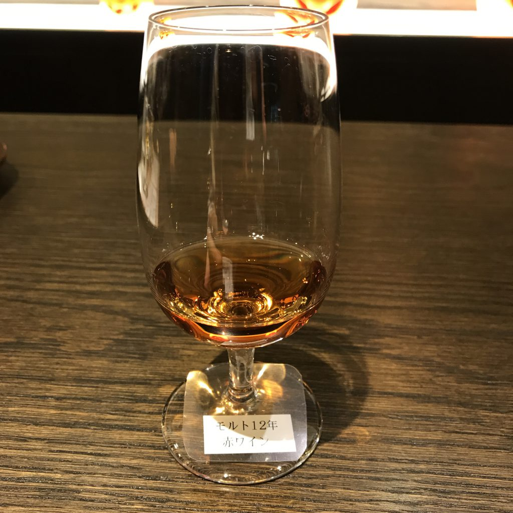 富士御殿場蒸溜所12年レッドワインカスクのグラス。美しいルビー色。